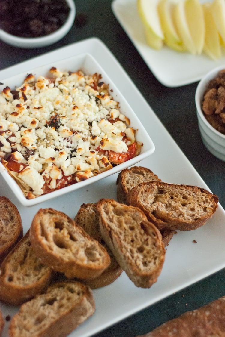 Dip mediterráneo con queso feta al horno