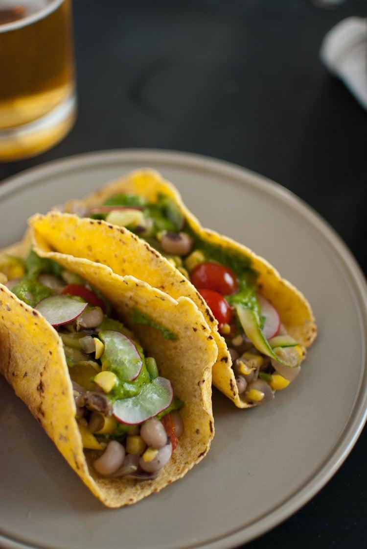 Tacos de calabaza de verano con chimichurri de aguacate
