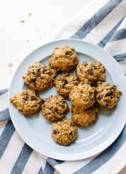 Maple-sweetened peanut butter chocolate chip oatmeal cookies (gluten free!) - cookieandkate.com