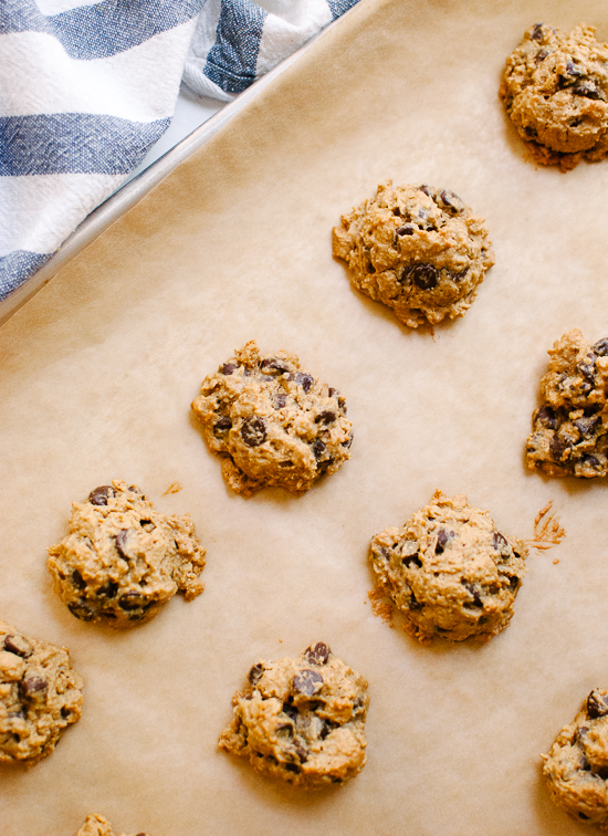 Naturally sweetened peanut butter chocolate chip oatmeal cookies - cookieandkate.com