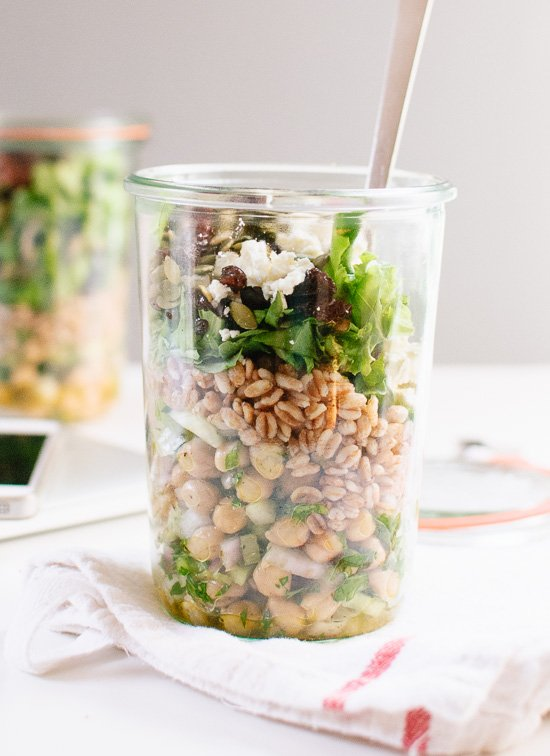 Ensalada Mason Jar Garbanzos, Farro y Verduras (¡y consejos para empacar el almuerzo!)