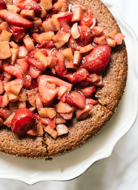 Pastel de almendras con fresas asadas y ruibarbo en la parte superior