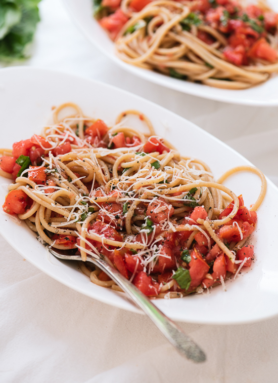 Spaghetti with fresh tomato sauce, perfect for those ripe summer tomatoes! cookieandkate.com