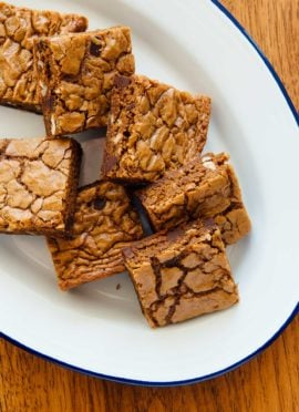 INCREDIBLE chocolate chips blondies recipe, made healthier with coconut sugar and whole grain flour. cookieandkate.com
