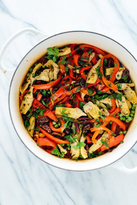 This vibrant vegetable paella recipe is so easy to make in the oven! #vegetarian