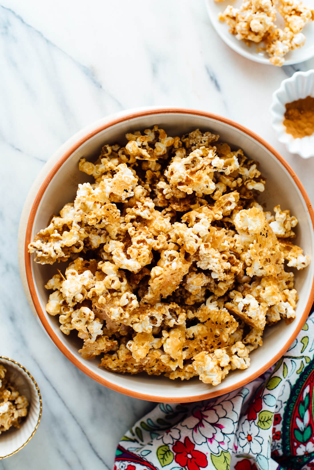 naturally sweetened caramel popcorn recipe made with tahini and maple syrup. #vegan #nutfree #naturallysweetened