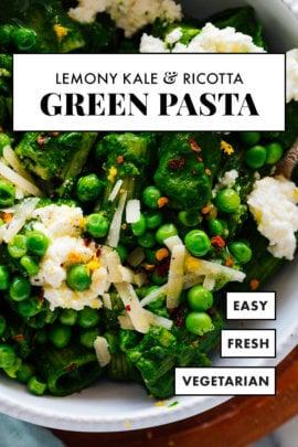pasta verde con col rizada, ricotta y guisantes